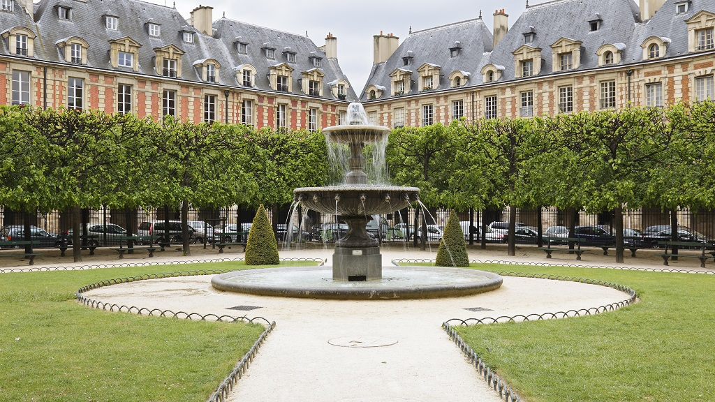 Fountain and grounds of the Place des Vosges